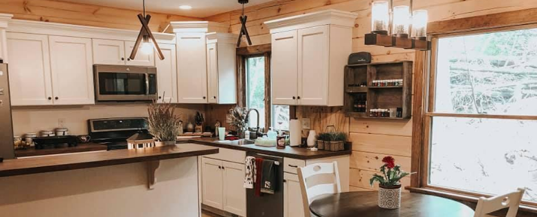 southern log home kitchen